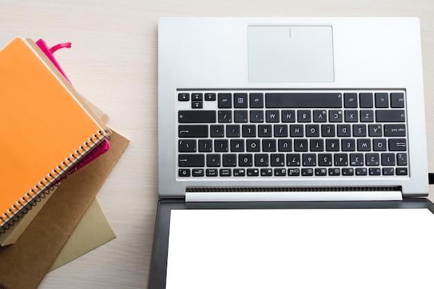 Miejsce pracy biurowej. laptop i notatniki leżące na biurku, atmosfera pracy