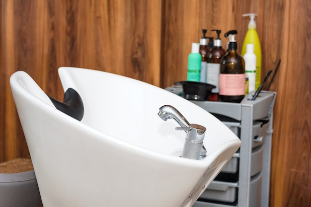 Miejsce pracy fryzjera. nowoczesny salon kosmetyczny. biznes wnętrza salonu fryzjerskiego.