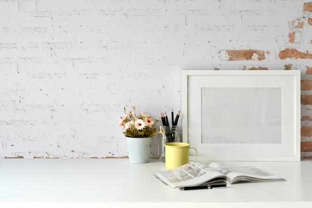 Miejsce pracy i kopia przestrzeń, stylowy obszar roboczy z makieta puste plakat, vintage książki i roślin domu.