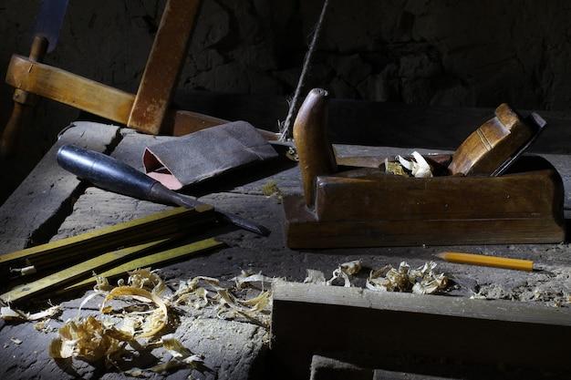 Miejsce pracy i narzędzia stolarskie. przemysł drzewny.