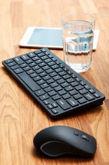 Miejsce pracy i szklanka wody