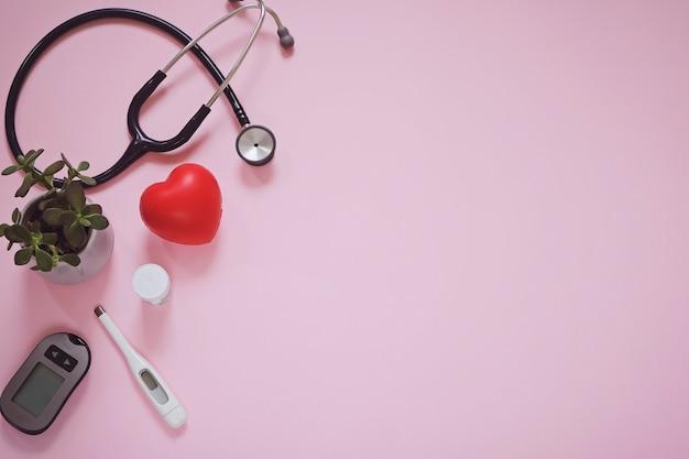 Miejsce pracy lekarza dowcip sprzęt medyczny na różowo