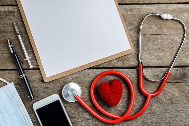 Miejsce pracy lekarza ze stetoskopem na drewnianym stole