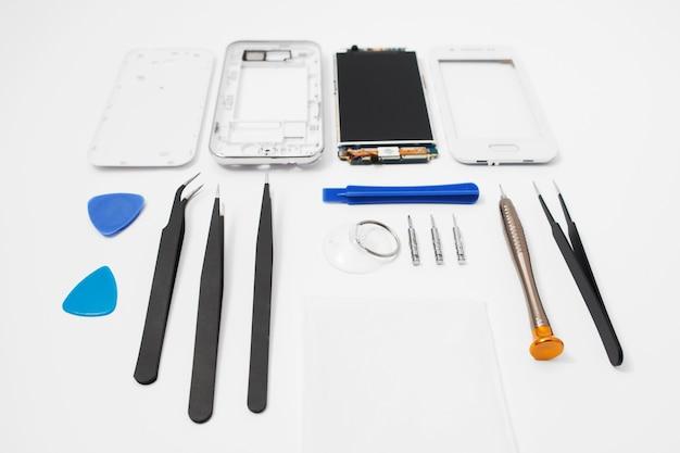 Miejsce pracy mechanika z telefonem i narzędziami do naprawy