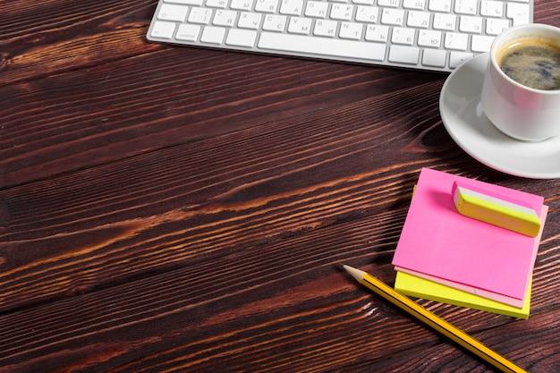 Miejsce pracy na drewnianym biurku z kawą
