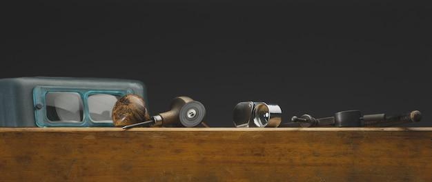 Miejsce pracy narzędzi jubilerskich i sprzętu do pracy jubilerskiej na zabytkowym drewnianym biurku jubiler...