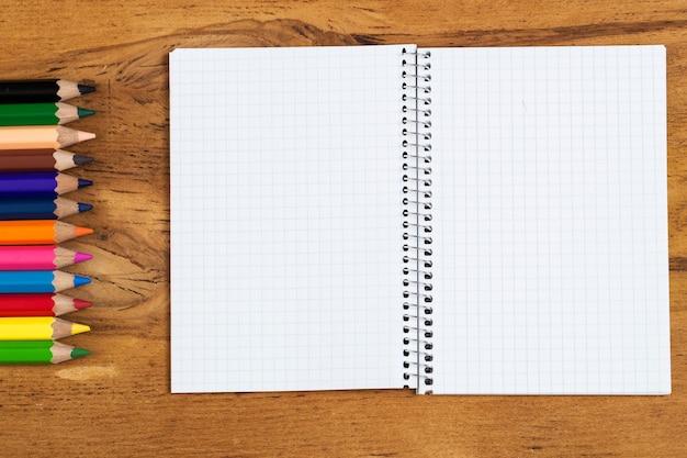 Miejsce pracy. notatnik i kolorowe ołówki