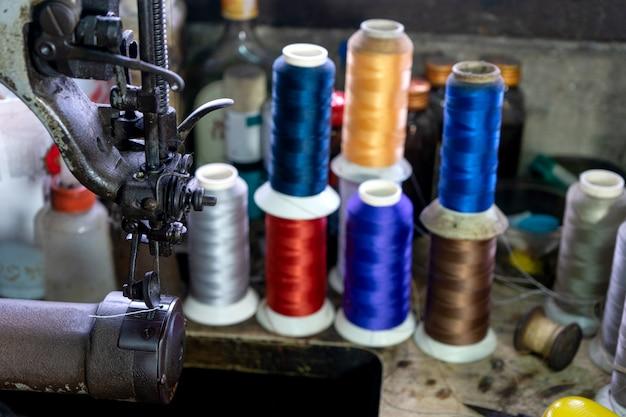 Miejsce pracy obuwia ze skórzaną tkaniną do szycia