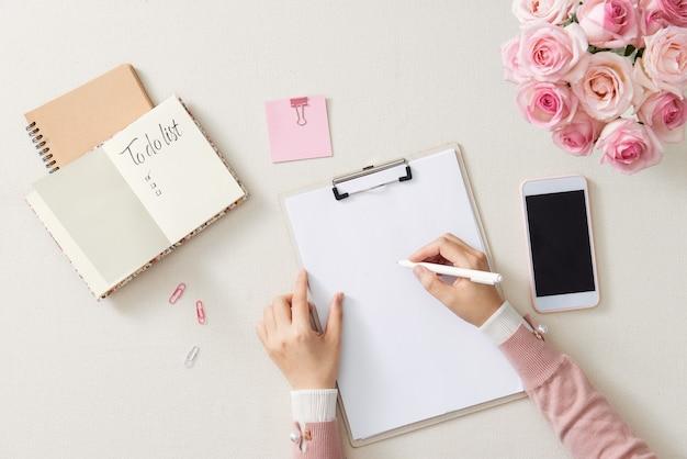 Miejsce Pracy Pisarza, Korektora. Ręka Trzyma Pióro I Pisze W Notatniku. Koncepcja Planowania Biznesowego I Burzy Mózgów Premium Zdjęcia