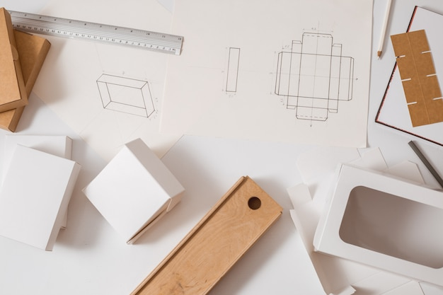 Miejsce pracy projektanta opakowań kartonowych. szkicowanie pudełek papierowych.