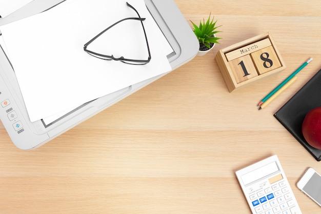 Miejsce pracy przedsiębiorcy. drukarka i inne materiały biurowe