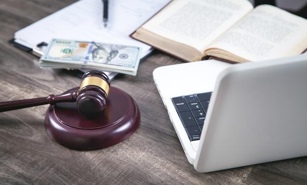 Miejsce pracy sędziego. młotek sędziowski, pieniądze, książka, komputer, dokument.