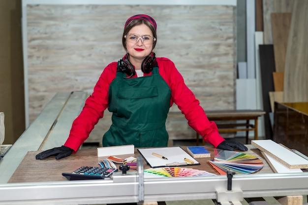Miejsce pracy stolarza z różnymi próbnikami, biurko drewniane