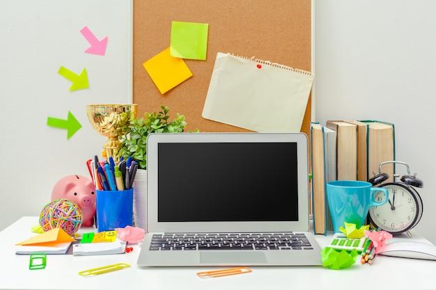 Miejsce pracy twórczej osoby z różnorodnymi kolorowymi przedmiotami biurowymi