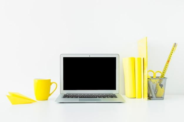 Miejsce pracy w białych i żółtych kolorach do pracy i nauki