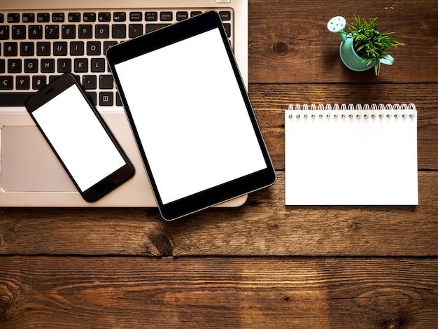Miejsce pracy w biurze. narzędzia i przedmioty biznesowe