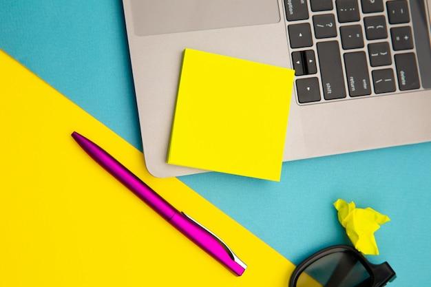 Miejsce pracy w domu z żółtą karteczkę, miejsce na tekst