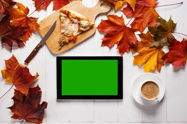 Miejsce pracy w koncepcji stylu jesień. tablet i obiad na drewnianym biurku. widok z góry.
