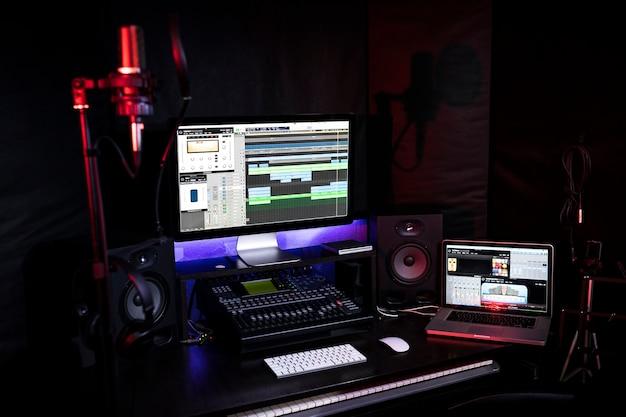 Miejsce pracy w studiu nagrań z komputerem, mikserem i głośnością dla dj-a lub autora piosenek do tworzenia nowej muzyki