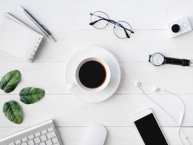 Miejsce pracy z filiżanką kawy, notatnikiem i klawiaturą