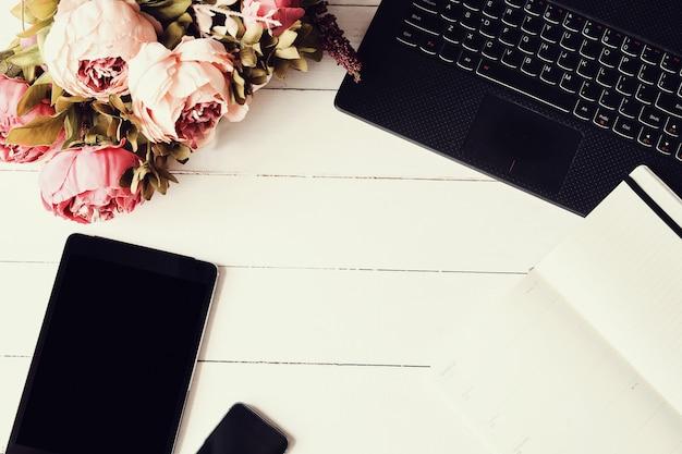 Miejsce pracy z laptopem i filiżanką kawy