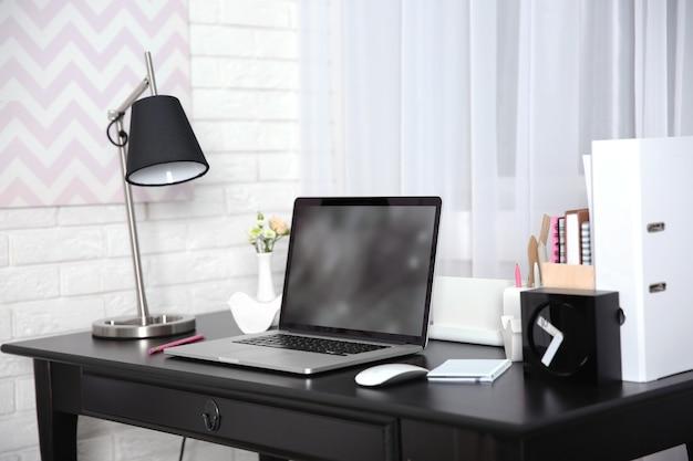 Miejsce pracy z laptopem na stole w domu