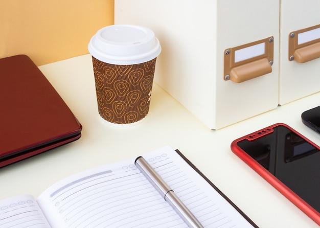 Miejsce pracy z laptopem, notebookiem i aparatem. praca w domu