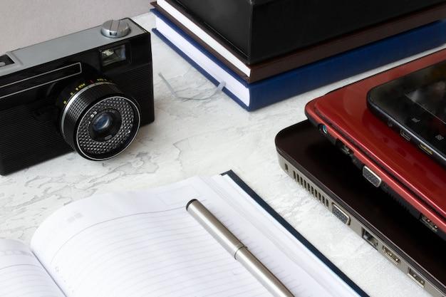 Miejsce pracy z laptopem, notebookiem i aparatem retro. praca w domu