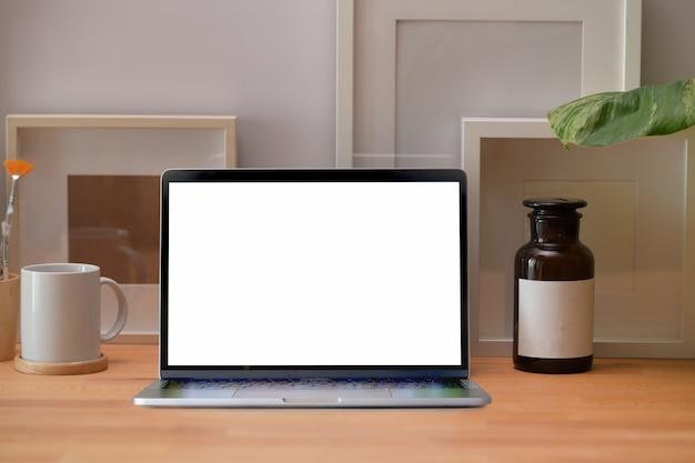 Miejsce pracy z makieta pusty ekran laptopa