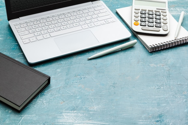 Miejsce pracy z notatnikami, laptopem, kalkulatorem i piórem