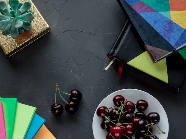 Miejsce pracy z pamiętnikiem, notatkami, kwiatem i jagodami
