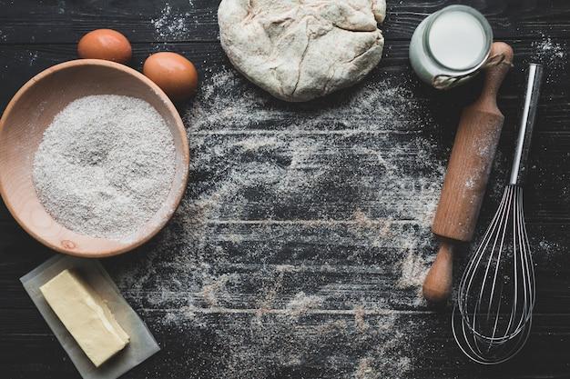Miejsce pracy z piekącym chlebem
