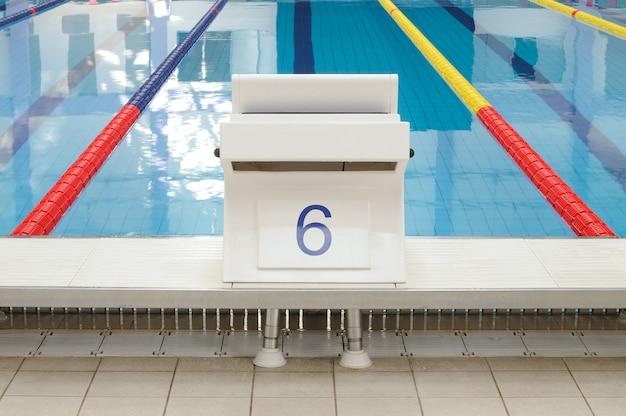 Miejsce startu basenu z wyraźnie oznaczonymi torami