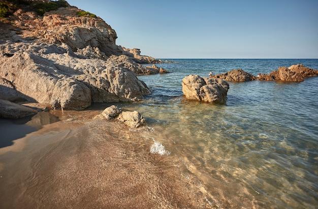 Miejsce, w którym podczas spotkania wielkie skały wybrzeża sardynii z krystalicznym morzem