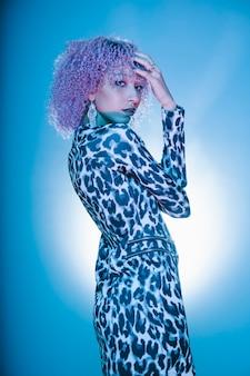 Miejska czarna kobieta ze stylową fryzurą afro na seksownych ubraniach