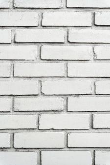 Miejski biały mur z cegły z dużymi kafelkami