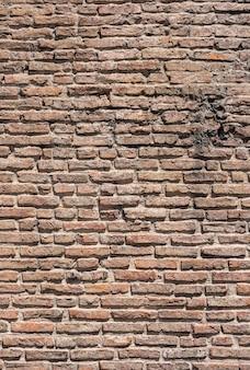 Miejski brązowy mur z cegły