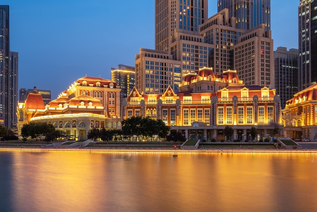 Miejski krajobraz architektoniczny po obu stronach rzeki haihe w tianjin