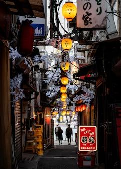 Miejski krajobraz japońskie lampy w nocy