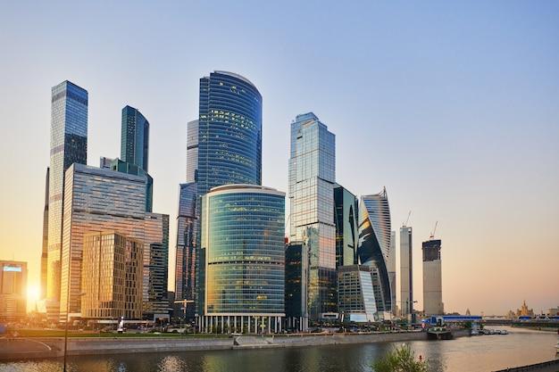 Miejski krajobraz miasta moskwa, centrum biznesowe z wysokimi budynkami. wieżowce w świetle słońca i błękitne niebo wieczorem. moskwa. rosja.