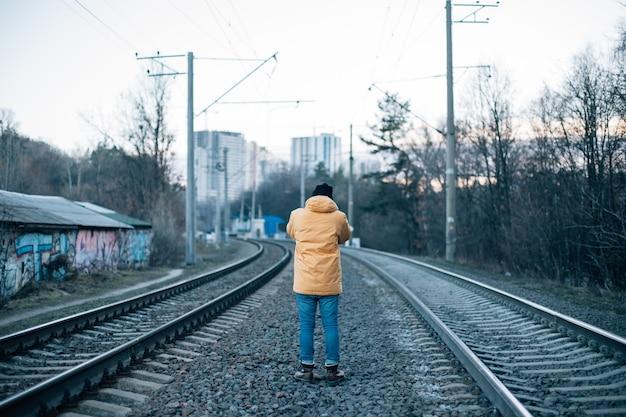 Miejski odkrywca robi zdjęcie torów kolejowych