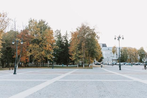 Miejski park jesienny przy dobrej słonecznej pogodzie