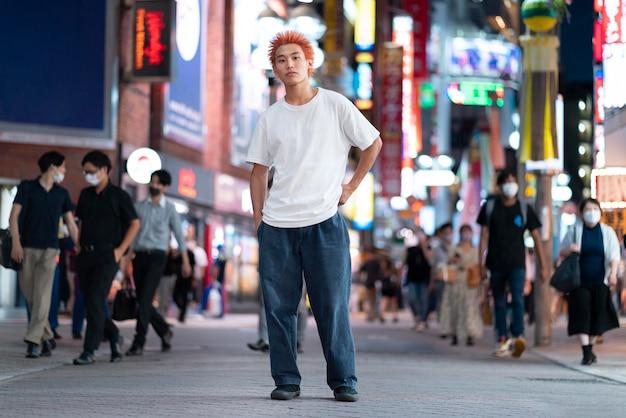 Miejski portret młodego imbirowego mężczyzny