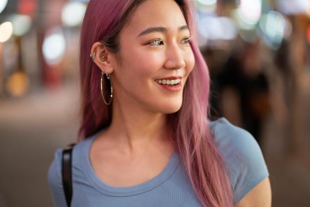 Miejski portret młodej kobiety z różowymi włosami