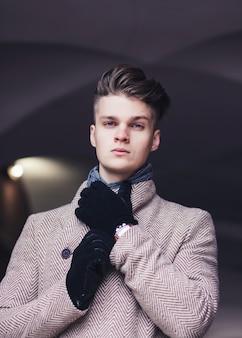 Miejski styl. moda. portret mężczyzny. przystojny młody mężczyzna w ubranie