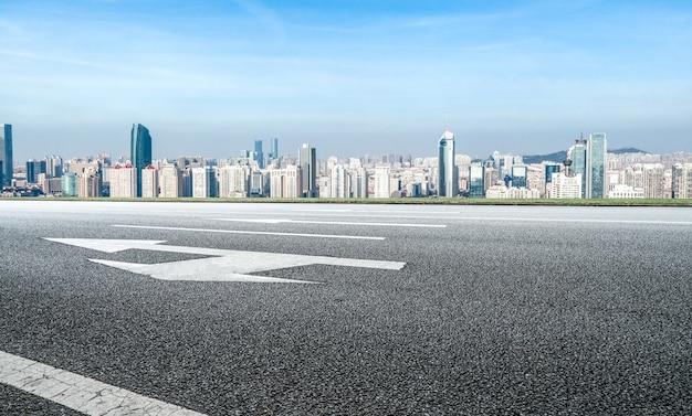 Miejski teren drogowy i nowoczesny krajobraz architektoniczny