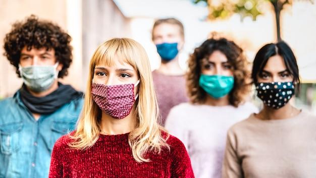 Miejski tłum zmartwionych mieszkańców spacerujący ulicą miasta zakryty maską na twarz