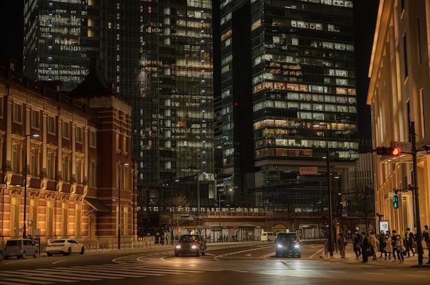 Miejski widok z ludźmi na ulicy