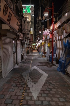 Miejski widok z pustą ulicą w nocy