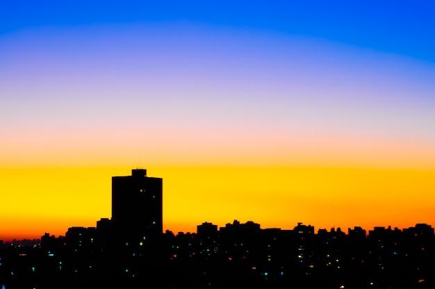 Miejski zachód słońca degraduje się w mieście